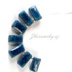 Keramický náhrdelník, ručně modelovaný, lehoučký.  Přívěšek je vyroben z České tmavé hlíny.  Jednotlivé keramické dílky jsou provlečeny dvěma ocelovými lanky, potaženénylonem, zakončeno karabinou.