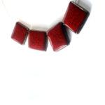 Keramický náhrdelník, ručně modelovaný, lehoučký.  Jednotlivé keramické dílky jsou provlečeny dvěma ocelovými lanky, potaženénylonem, zakončeno karabinou.