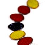 Keramický náhrdelník, ručně modelovaný, lehoučký.  Jednotlivé keramické dílky jsou provlečeny dvěma ocelovými lanky, potaženénylonem, zakončeno karabinou.  Mezi jednotlivými dílky jsou kuličky hematitu.